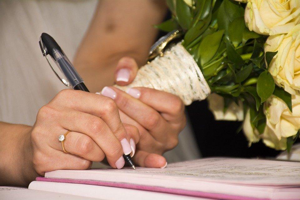 Firma dell'atto di nozze al termine del matrimonio civile