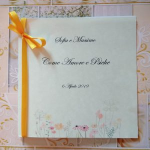 Libretto di cerimonia civile in formato quadrato con grafica floreale semplice e pulita e nastrino giallo come fermapagine