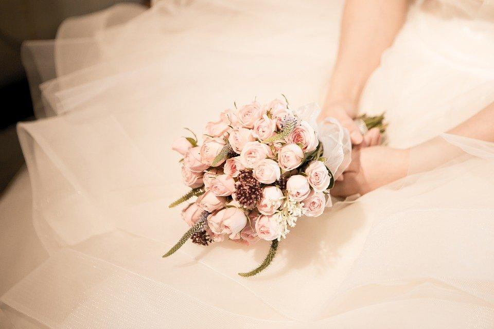 un bellissimo bouquet di rose rosa per la sposa, simbolo d'amore